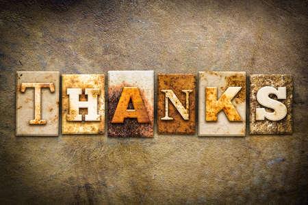 """agradecimiento: La palabra """"gracias"""" escrita en metal oxidado tipo de tipograf�a en un viejo fondo de cuero envejecido."""