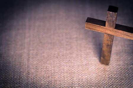 jesus on cross: Una vista aérea de una cruz cristiana de madera santa sobre un fondo de arpillera.