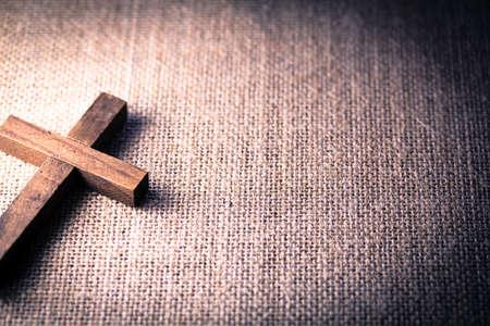 黄麻布の背景に聖なる木キリスト教の十字の眺め.