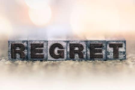 ビンテージ インクで書かれた「後悔」という言葉は、凸版タイプ ステンド。