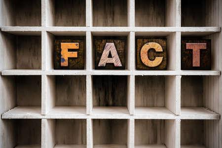 """Le mot """"FACT"""" écrit à l'encre souillé de cru letterpress type bois dans le tiroir d'une imprimante partitionné. Banque d'images - 49537636"""