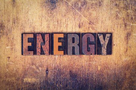 """La parola """"energia"""" scritto in sporca tipo di stampa tipografica d'epoca su un fondo in legno invecchiato."""