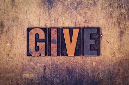 単語「与える」汚いビンテージ活版型で書かれた高齢者の木製の背景に。