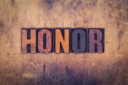 """obey: La palabra """"honor"""", escrita en el tipo de cosecha sucio en un fondo de madera envejecida. Foto de archivo"""