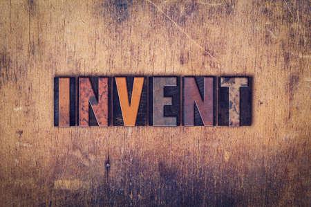 """Het woord """"uitvinden"""" geschreven in vuil vintage letterzetseltype op een oude houten achtergrond. Stockfoto - 50198643"""