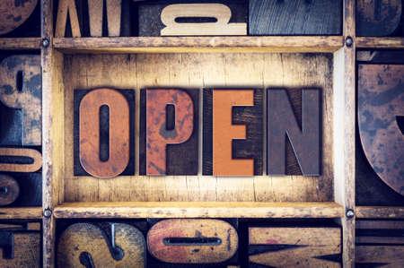 """Het woord """"Open"""" geschreven in vintage houten boekdruk type. Stockfoto"""