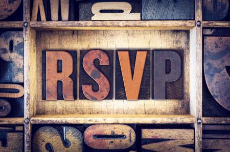 """La palabra """"RSVP"""" escrito en tipografía de madera de la vendimia."""