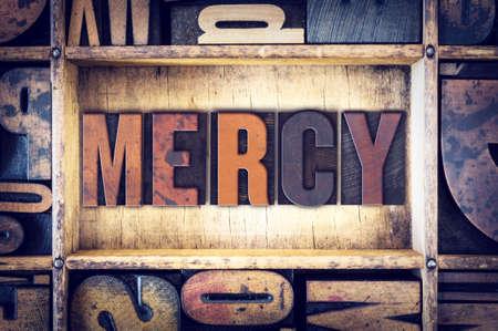 """La palabra """"misericordia"""", escrito en tipografía de madera de la vendimia."""