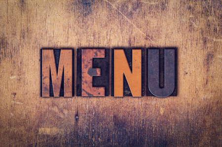 """Het woord """"Menu"""" geschreven in vuile vintage boekdruk type op een leeftijd houten achtergrond. Stockfoto"""