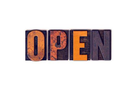 """Het woord """"Open"""" geschreven in geïsoleerde vintage houten letterzetseltype op een witte achtergrond. Stockfoto"""