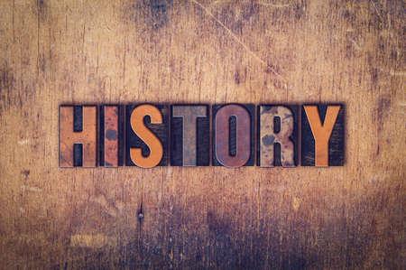 """Das Wort """"Geschichte"""" geschrieben in schmutzigen Weinlesehhhochhdrucktypen auf einem alten Holz Hintergrund."""