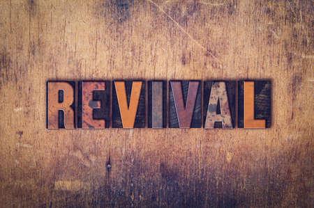 """Das Wort """"Revival"""" geschrieben in schmutzigen Weinlesehhhochhdrucktypen auf einem alten Holz Hintergrund."""