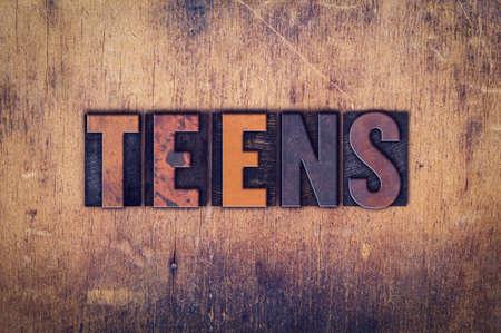 """La parola """"Teens"""", scritto in sporco tipo di stampa tipografica d'epoca su un fondo in legno invecchiato."""