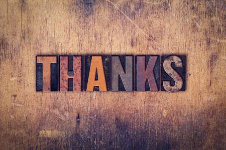 """agradecimiento: La palabra """"Gracias"""", escrito en el tipo de cosecha sucio en un fondo de madera envejecida."""