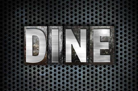 """Het woord """"Dineren"""" geschreven in vintage metalen boekdruk type op een zwarte industriële raster achtergrond. Stockfoto"""
