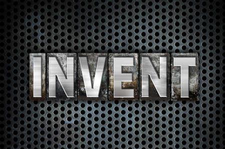 """Het woord """"uitvinden"""" geschreven in vintage metalen boekdruk type op een zwarte industriële raster achtergrond."""