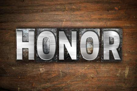"""obedecer: La palabra """"honor"""" escrito en metal de la vendimia el tipo de tipografía sobre un fondo de madera envejecida. Foto de archivo"""