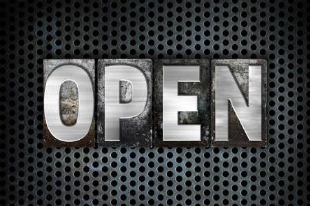 """Het woord """"Open"""" geschreven in vintage metalen boekdruk type op een zwarte industriële raster achtergrond."""