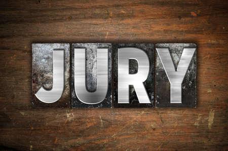 """jurado: La palabra """"Jurado"""" escrito en cosecha de metal tipo de tipografía sobre un fondo de madera envejecida."""