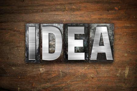 """hipótesis: La palabra """"Idea"""" escrito en metal de la vendimia tipo de tipografía sobre un fondo de madera envejecida. Foto de archivo"""