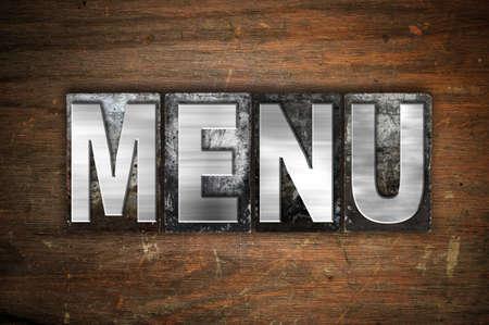"""Het woord """"Menu"""" geschreven in vintage metalen boekdruk type op een leeftijd houten achtergrond. Stockfoto"""