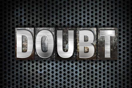 """desconfianza: La palabra """"duda"""" escrito en tipo de cosecha tipograf�a de metal sobre un fondo negro Red industrial."""