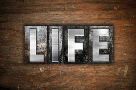 """donacion de organos: La palabra """"Vida"""", escrita en cosecha de metal tipo de tipografía sobre un fondo de madera envejecida. Foto de archivo"""