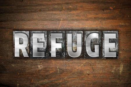 """Het woord """"Refuge"""" is geschreven in vintage metalen letterpress type op een oude houten achtergrond."""