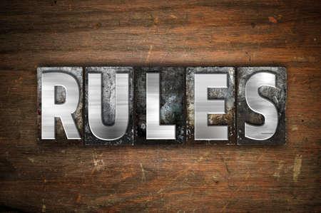 """edicto: La palabra """"Reglas"""" escritos en cosecha de metal tipo de tipografía sobre un fondo de madera envejecida. Foto de archivo"""