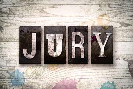 """jurado: La palabra """"JURADO"""" escrita en el tipo de tipografía de metal sucio de la vendimia en un fondo de madera blanqueada con manchas de tinta y pintura."""