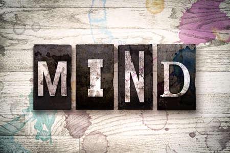 """psyche: La palabra """"mente"""", escrita en el tipo de tipografía de metal sucio de la vendimia en un fondo de madera blanqueada con manchas de tinta y pintura. Foto de archivo"""