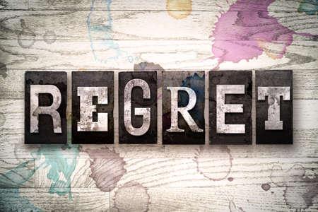 """arrepentimiento: La palabra """"arrepentimiento"""", escrita en la vendimia, sucio tipo de tipograf�a de metal sobre un fondo de madera blanqueada con manchas de tinta y pintura. Foto de archivo"""