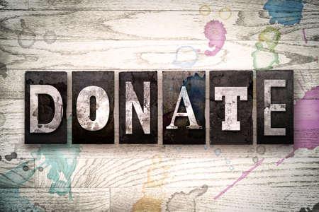 """donacion de organos: La palabra """"DONE"""" escrito en la vendimia, sucio tipo de tipografía de metal sobre un fondo de madera blanqueada con manchas de tinta y pintura."""