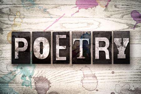 """La palabra """"POESÍA"""" escrita en el tipo de cosecha sucio, copiar del metal en un fondo de madera blanqueada con manchas de tinta y pintura."""