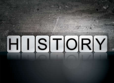 """cronologia: La palabra """"historia"""" escrito en baldosas blancas contra un fondo oscuro del grunge de la vendimia."""