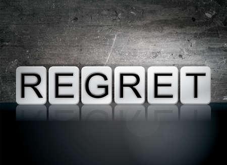 """arrepentimiento: La palabra """"arrepentimiento"""", escrita en baldosas blancas contra un fondo oscuro del grunge de la vendimia. Foto de archivo"""