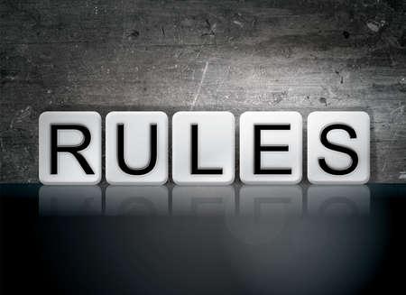 """edicto: La palabra """"Reglas"""" escrito en baldosas blancas contra un fondo oscuro del grunge de la vendimia."""