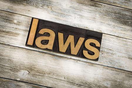 """edicto: La palabra """"leyes"""" escrita en tipografía de madera mecanografía en un fondo blanco lavado viejo de los tableros de madera."""