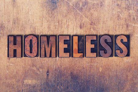 Het woord Dakloze concept en thema geschreven in vintage houten boekdruk type op een grunge achtergrond.