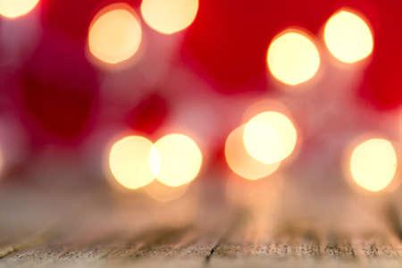 Een abstracte rode achtergrond van gloeiende bokeh lichten.