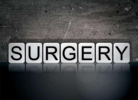 수술 개념 및 테마 어두운 배경에 흰색 타일로 작성 된 단어.