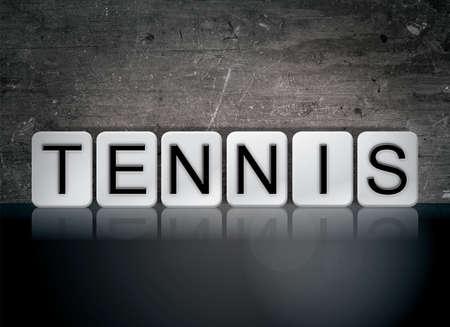 테니스 개념 및 테마 어두운 배경에 흰색 타일에서 작성 된 단어.