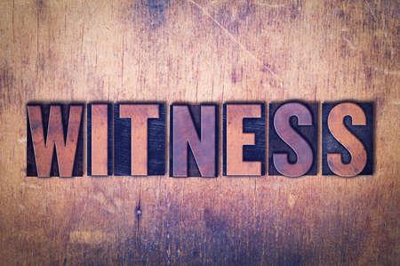 La parola Testimone concetto e tema scritto in legno di tipo vintage tipografica su uno sfondo grunge. Archivio Fotografico - 93786014