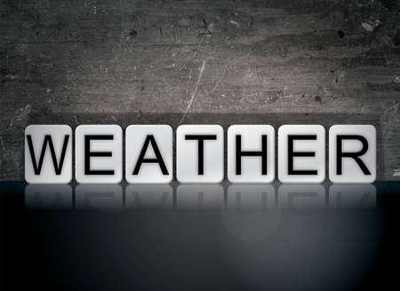 날씨 개념 및 테마 어두운 배경에 흰색 타일로 작성 된 단어.