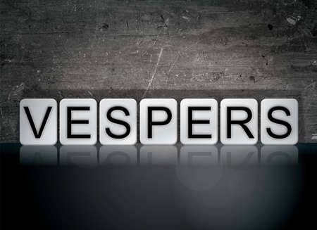 단어 Vespers 개념 및 어두운 배경에 흰색 타일을 작성합니다.