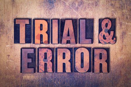 De woorden Trial & Error concept en thema geschreven in vintage houten boekdruk type op een grunge achtergrond.