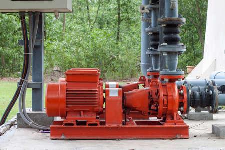 tuberias de agua: tubos de la bomba de agua del motor de color rojo y de agua