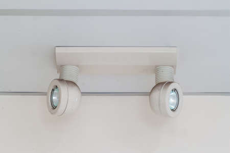 salidas de emergencia: luces de emergencia con dos l�mparas en el techo Foto de archivo