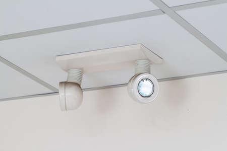 salidas de emergencia: luces de emergencia con dos lámparas en el techo Foto de archivo