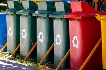 reciclar: colorido de papeleras de reciclaje en el jard�n Foto de archivo
